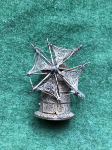Piccolo mulino a vento in argento filigrana.