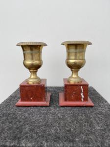 Paar Bronzevasen mit rotem Marmorsockel, Empire-Zeit.