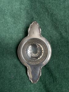 Colino da the in argento con motivi vegetali stilizzati.Svizzera.