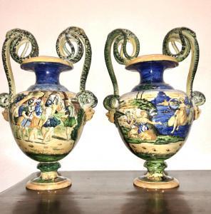 Coppia di vasi con manici a serpenti e mascheroni e scene istoriate in stile urbinate.Manifattura di Tito Magrini,Pesaro.
