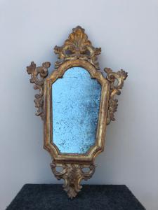 Specchiera in legno intagliato e dorato con motivi rocaille.Venezia.