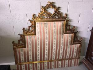 Testiera da letto in legno dorato è scolpito