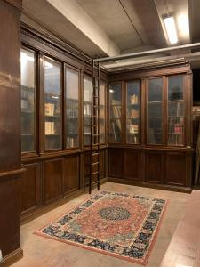 lib113 - library in veneered walnut made up of two parts, 20th century