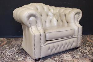 Poltrona inglese Chesterfield club in pelle bianco avorio