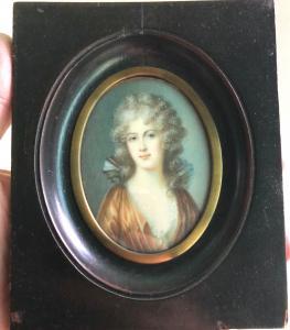 Miniatura de marfil que representa una figura femenina.