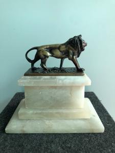 León de bronce sobre la base de alabastro francia