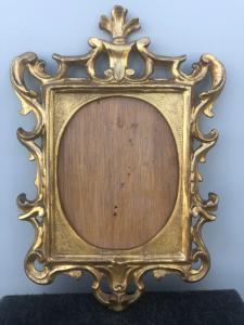 Резной, гравированный и резной деревянный каркас с орнаментом рокайль.