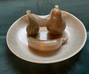 Центральная часть с тремя фруктами в стакане, покрытом молоком и авантюрином. Мурано