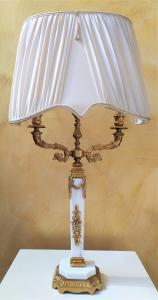 Lampada da tavolo in marmo bianco e ottone dorato