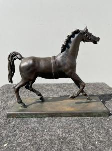 Бронзовая скульптура с основанием, изображающим лошадь.