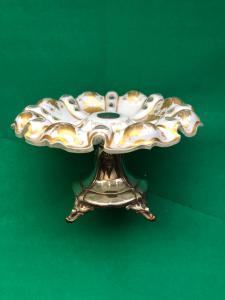 Alzata centrotavola tripode in argento con coppa in cristallo incamiciato e molato con decori a tralcio di vite in oro.