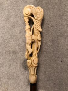Stick mit Elfenbeinknauf mit Darstellung von Fuchs und Trauben (aus Aesops Märchen) in barocken Motiven.