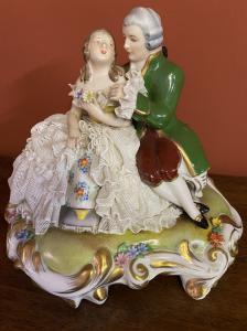 Deutsches Porzellan mit einem frisch verheirateten Paar