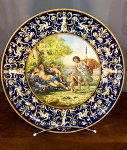 Ginori großer Teller mit historisierten und raphaelesken Verzierungen.
