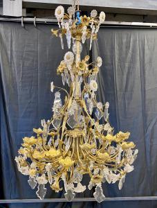 Grande lampadario a 24 luci in bronzo dorato e cristallo. XIX secolo