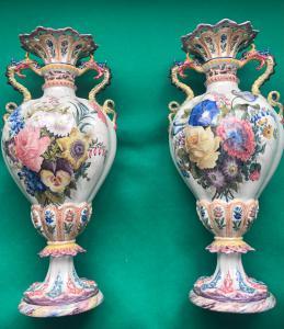 Par de vasos de faiança decorados com flores fabricação Antonibon, Nove di Bassano.