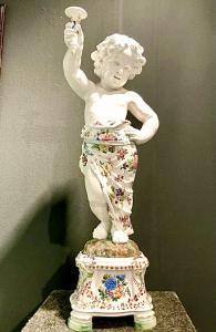 Coppia di grandi candelieri putti in maiolica a decoro floreale policromo,manifattura Giovan Battista Viero,Nove di Bassano.