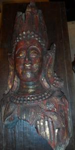 Gran fragmento de bodhisattva policromado birmano
