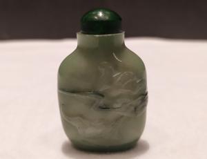 Snuff bottle, porta tabacco fiuto, piccola, giada verde motivi floreali, Cina XX secolo