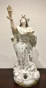 Tisaniera veilleuse in porcellana con figura di Santa che regge libro e acquasantiera.Modello Jacob Petit.Francia.