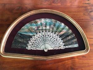 在象牙的扇子用在与字符的被绘的纸的pavese刺穿了西班牙。