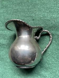 Lattiera in argento con bordo e manico a tourchon.Italia