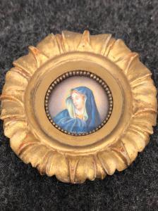 Miniatura sobre marfil que representa a la Virgen con marco de madera tallada y dorada.