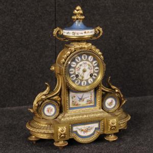 Französische Uhr aus vergoldete Bronze und Messing mit bemalter Keramik