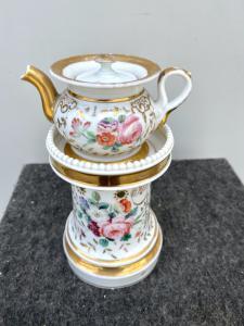 Veilleuse-tisaniera in porcellana decorata alla rosa con lumeggiature in oro.Francia.