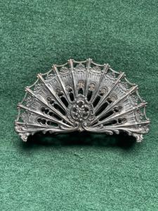 Portatovaglioli in argento traforato con motivi ornamentali floreali e rocaille.Italia.