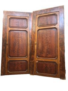 Пара дверей, окрашенных в искусственный мрамор
