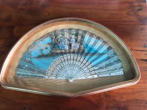 在象牙的扇子用纸绘了pavese与彩绘的print.France。