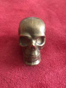 头骨形状的黄铜火柴盒。
