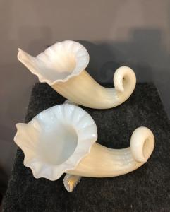 Coppia di vasi cornucopia in vetro lattimo.Giulio Ferro.Murano.