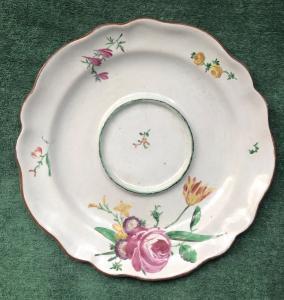 Piatto da tazza da puerpera in maiolica con decoro alla rosa.Manifattura Finck Bologna.