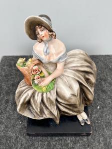 Damina seduta con cesto di fiori.Manifattura Cacciapuoti.Milano.
