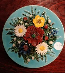 古代法国陶瓷板装饰着花朵浮雕