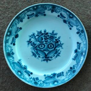 Plate in majolica, decoration with ox eye, Manifattura Antonibon, Nove di Bassano.