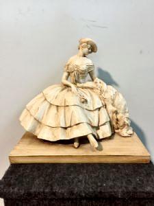 Terrakotta-Skulptur in Monochrom bemalt mit Holzsockel, die eine sitzende Dame mit einem Windhund darstellt.Manifattura Cacciapuoti.Milan