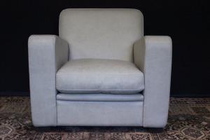 Современное итальянское кресло цвета слоновой кости