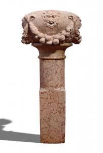 Beautiful fountain in red marble with masks. Period 1500.