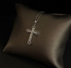 Cruz colgante con diamantes.