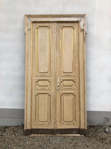Paar lackierte Türen