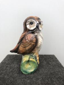 陶制猫头鹰签署了卡波迪蒙特。