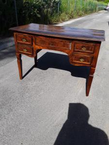 Письменный стол Louis Xvi, облицованный оливковым деревом, розовым деревом палисандро и другими центральными предметами с выдвижной полкой под юридической гарантией l116xh80xl63
