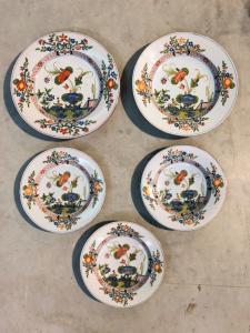 Serie di cinque piatti in maiolica con decoro al 'garofano'.Manifattura Ferniani Faenza.