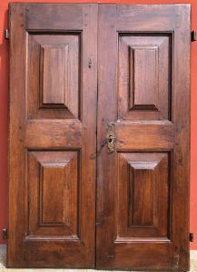 пара дверей из орехового дерева