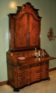 Tromeau lastronato ed intarsiato in legni rari, manifattura Lombarda del primo settecento in prima patina cm, 260 x 135 x 60