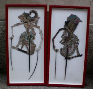dos figuras de cuero sombra, madera y papel pinturas chinas;