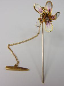 Spillone in oro e smalti con diamante taglio brillante, raffigurante un fiore di orchidea. Anni '50